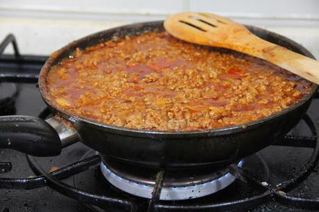 Champiñones rellenos de boloñesa y salsa brava gratinados