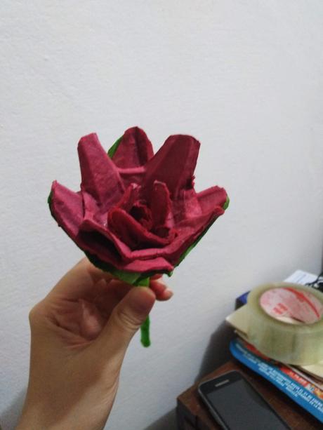 Como crear una rosa con cartón para huevos