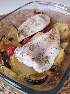 Merluza al horno con limón y verduras