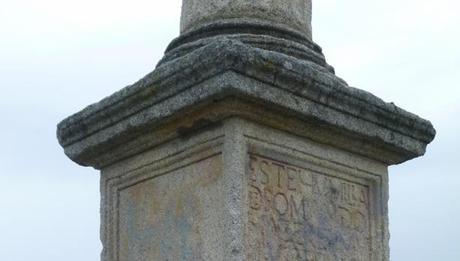 Detalle de la basa del crucero con los restos de la inscripción original del XVI.