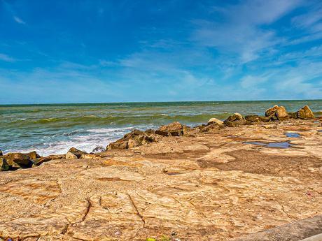 El horizonte, el mar y el cielo visto de la costa con rocas