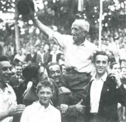 1945: El Zurdo de Bielva saluda boina en mano tras ganar el Campeonato Provincial