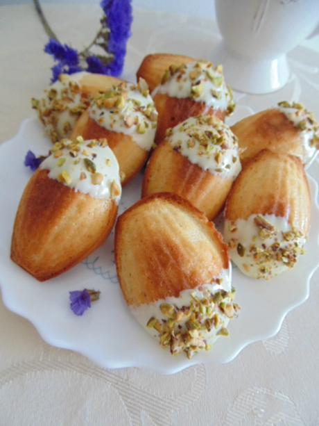 Madeleines con chocolate blanco y pistachos