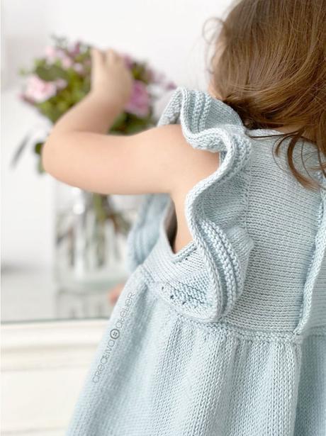 Cómo tejer el vestido de punto para niña y bebé SEASIDE - Patrón y Tutorial Paso a Paso -Imagen de niña luciendo el vestido