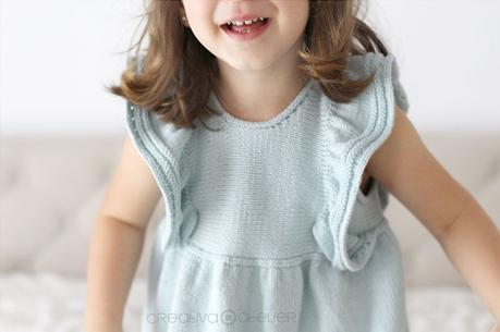 Cómo tejer el vestido de punto para niña y bebé SEASIDE - Patrón y Tuorial Paso a Paso- Imagen de niña luciendo el vestido