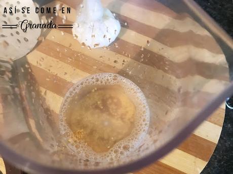 Crema de lentejas con tuile de pimiento y huevo poché