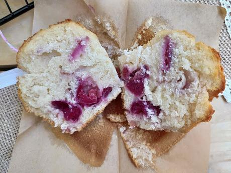 Muffins de cerezas. Cherry muffins. Desayuno, merienda, postre, fruta de temporada, receta fácil, esponjosos, jugosos, tiernos. Cuca