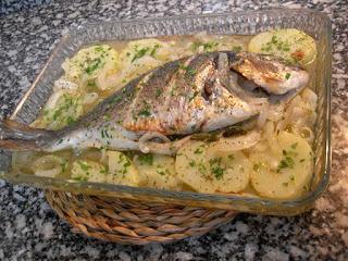 Dorada al horno con sidra, patatas y cebolla.
