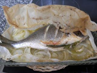 Dorada horneada con patatas y cebolla a la sidra.