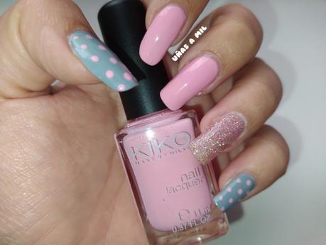 Diseño de uñas sencillo y elegante en rosa y gris con puntos/lunares