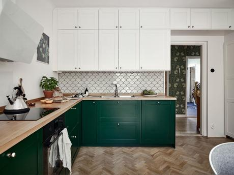 wood countertop white and green kitchen two colors kitchen scandinavian kitchen nordic kitchen hardwood floor kitchen encimera de madera design kitchen cocina nórdica cocina mezcla de estilos cocina luminosa cocina de dos colores cocina de color cocina comedor cocina blanca y verde