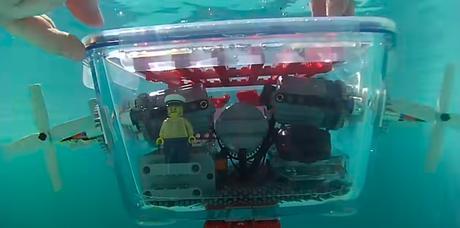 Construyendo un submarino con bloques de LEGO e imanes.