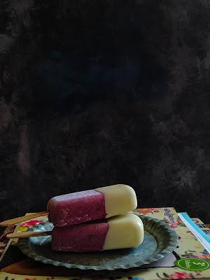 Helado de cheesecake y cerezas