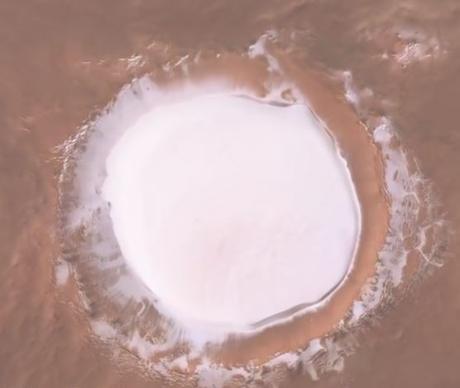 Sobrevolando al impresionante casquete de hielo del cráter Korolev de Marte
