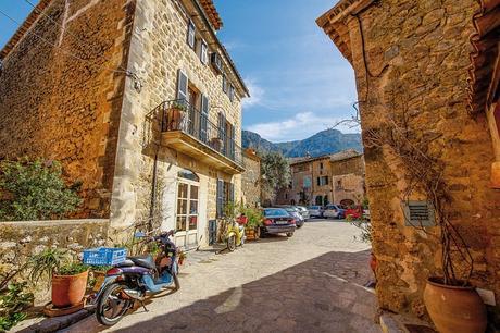 turismo de cercanía en Baleares, calle de Deiá