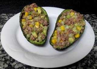 Plato con guacates rellenos de atún.