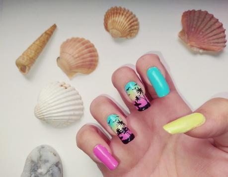 Diseño de uñas con palmeras para verano y festival