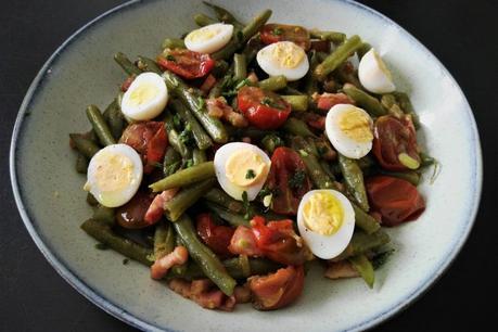 Judías verdes salteadas con bacon, cherrys y huevo de codorniz