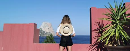 Un sombrero de paja en la Muralla Roja