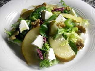 Ensalada de pera, con queso y frutos secos.