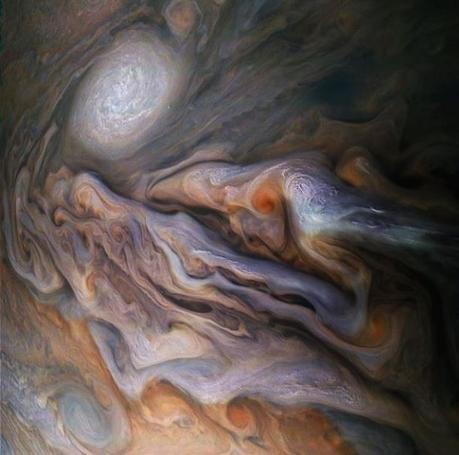 Un espectacular viaje a través de las tormentas eléctricas de Júpiter