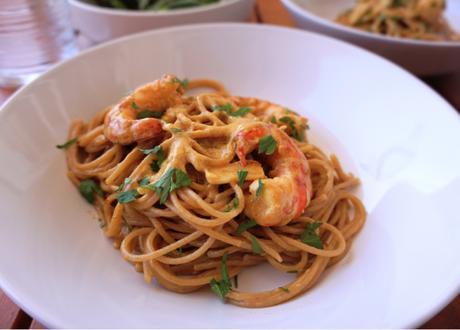 Espaguetis con salsa de azafrán y gambones