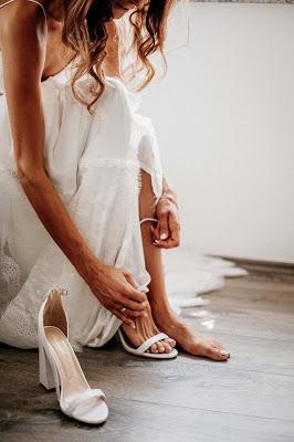 Novia probándose el vestido y los zapatos