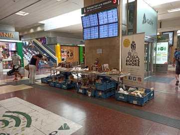'Librerías' de segunda mano solidarias en las estaciones de tren y metro españolas