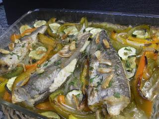 Receta de pescadilla al horno con verduras.