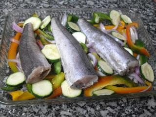 Pescadillas y verduras para hornear.