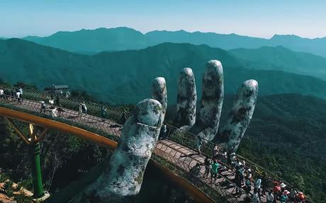 puente manos gigantes. Vang