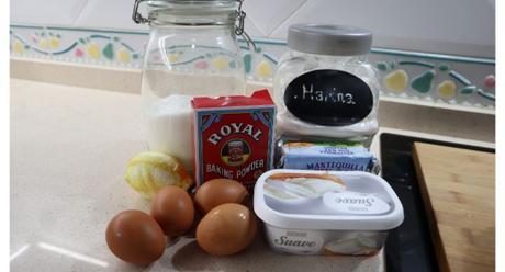 Los ingredientes necesarios para hacer bizcocho de queso con crema de queso y limón en la Olla GM