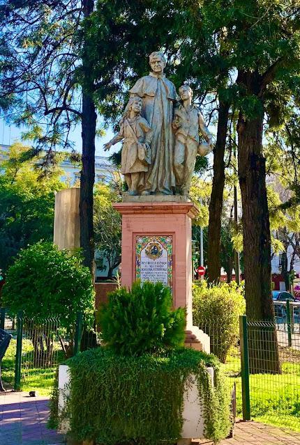 Monumento a Don Bosco, en Triana.