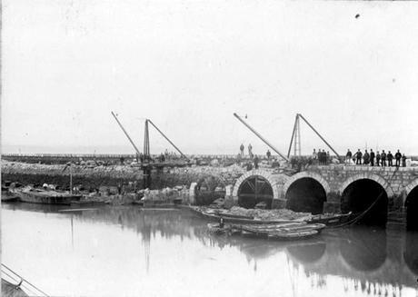 Construcción del espigón de Puertochico