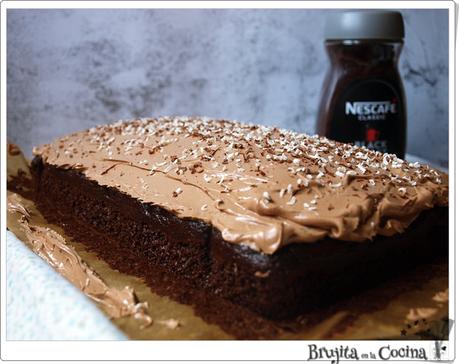 Pastel  húmedo con cobertura de chocolate