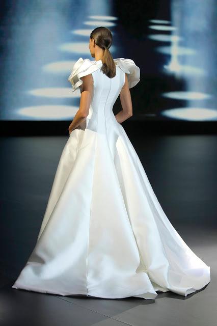 Isabel Sanchís llena de enormes flores su desfile de vestidos de novia 2021 en la VBBFW