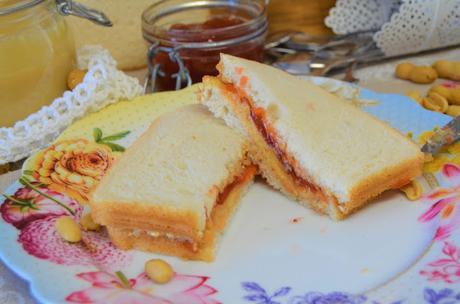 sandwich de mantequilla de cacahuete y mermelada (PB&J), sandwich de mantequilla de cacahuete y mermelada, PB&J, sandwich de mantequilla de cacahuete y mermelada el mas famoso de EEUU (PB&J), (PB&J),