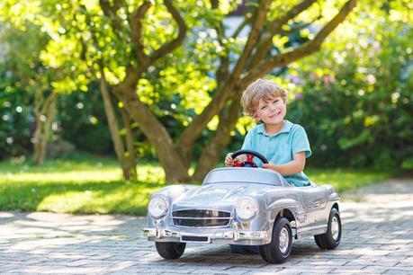 A toda carrera…. ¡Y a la moda! Marcas de coches eléctricos para niños