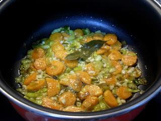 Sofrito de cebolla, ajo y zanahoria.