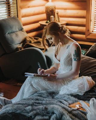 Novia escribiendo una carta