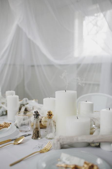 Cómo decorar una mesa de Halloween en blanco15