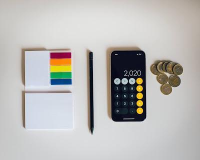 Calculadora, monedas y bloc de notas