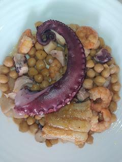 Garbanzo pedrosillo con bacalao, pulpo y langostinos.