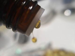 Ungüento de manteca de cacao, aceite de oliva y aceite esencial de vainilla en frio