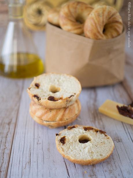 Panecillos con tomate seco, queso y orégano. Bundtlettes para el National Bundt Cake Day