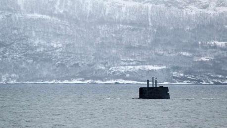 Un submarino noruego se come una granja de salmones.
