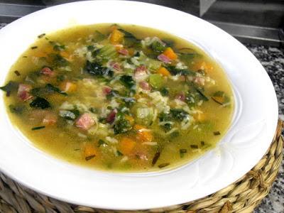 Sopa de arroz con verduras y jamón.