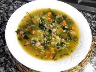Receta de sopa de arroz con verduras y jamón.