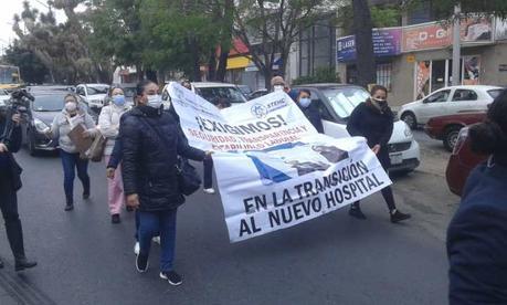 Trabajadores del Hospital Central marchan hacia Palacio de Gobierno