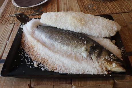 Receta de lubina a la sal con un toque picantito, cómo asarla para que quede en su punto y la costra de sal salga sin romperse